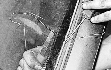 Продеваем струну через клей лобового стекла Лада Приора
