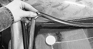 Снимаем накладку лобового стекла на стойке Лада Приора