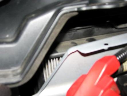 Отгибаем пластиковую панель Ford Mustang V