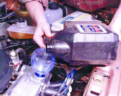 Заливаем новое моторное масло ВАЗ 2108, 2109, 21099