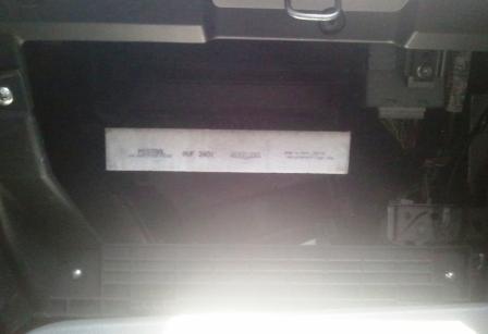 Вытаскиваем салонный фильтр Suzuki SX4