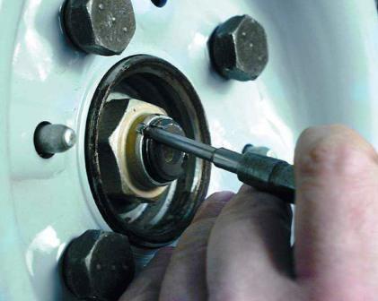 Расконтриваем гайку ступицы ВАЗ 2110, 2111, 2112