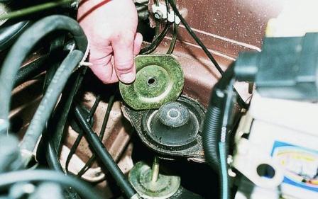 Снимаем верхнюю часть опоры двигателя ВАЗ 2110, 2111, 2112
