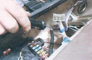 Снимаем пластиковый держатель ВАЗ 2108, 2109, 21099