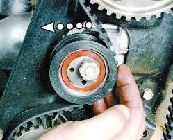 Ослабляем гайку натяжителя ремня ГРМ ВАЗ 2108, 2109, 21099