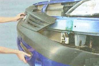 Снимаем передний бампер на себя Renault Logan