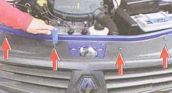Откручиваем верхнюю часть бампера Renault Logan