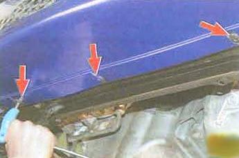 Откручиваем нижнюю часть бампера Renault Logan