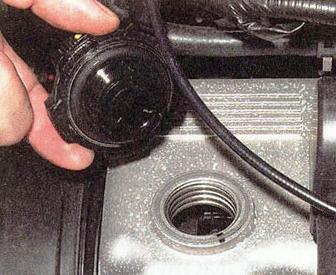 Снимаем масло заливную крышку Daewoo Matiz