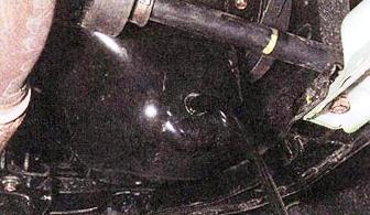 Снимаем пробку и сливаем старое масло Daewoo Matiz