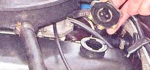 Снимаем заливную пробку на двигателе ВАЗ 2107