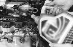 Заливаем новое масло в двигатель Chevrolet Lanos