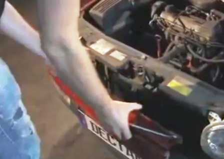 Снимаем переднюю решетку радиатора Volkswagen Golf III