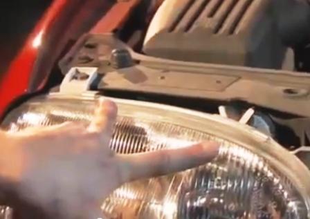 Откручиваем передние 2 болта в верхней части фары Volkswagen Golf III
