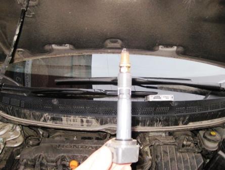 Вытаскиваем и меняем свечи зажигания Honda Civic VIII