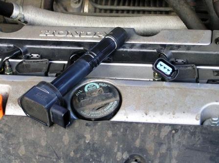 Откручиваем и снимаем катушки зажигания Honda CR-V II