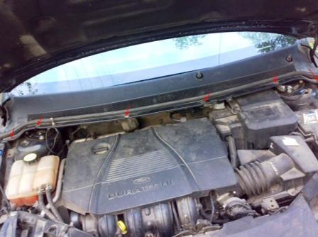 Снимаем пластиковую защиту под лобовым стеклом на Ford Focus 2
