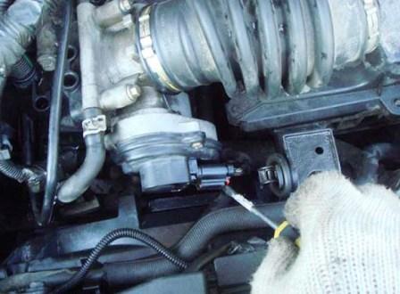 Снимаем разъем дроссельной заслонки Ford Focus 2
