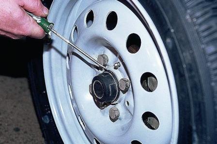Снимаем защитный колпак на колесе ВАЗ 2110, 2111, 2112
