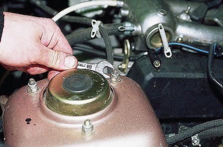 Откручиваем 3 гайки на передней чашке ВАЗ 2110, 2111, 2112