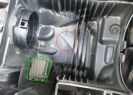 Вытаскиваем старый воздушный фильтр Ford Focus 3