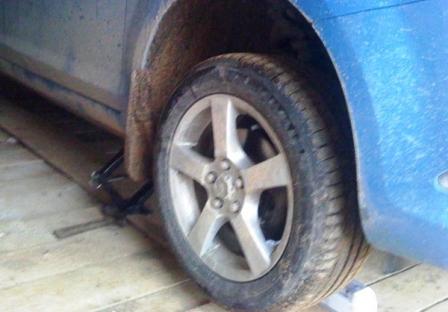 Поднимаем переднюю часть автомобиля Ford Focus 2