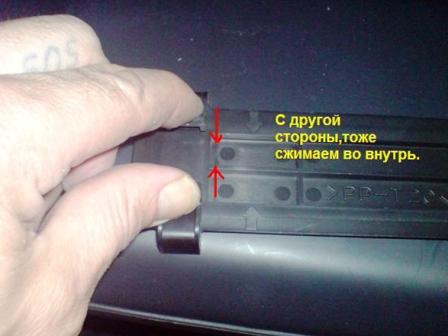 Снимаем левый фиксатор на крышке салонного фильтра Hyundai Santa FE 2