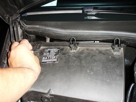 Открываем защелки на крышке Mercedes-Benz C230 W203