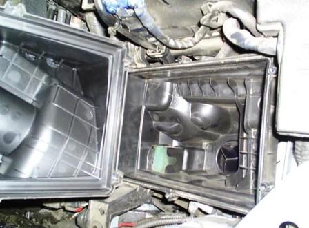 Открываем крышку воздушного фильтра Ford Focus 2