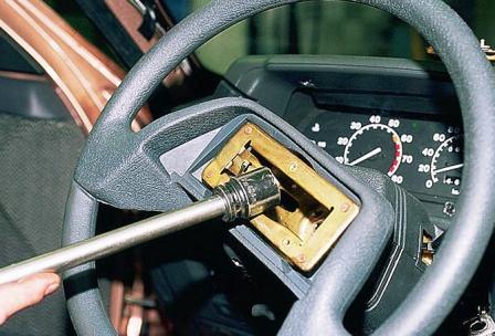 Затем откручиваем рулевое колесо ВАЗ 2110, 2111, 2112