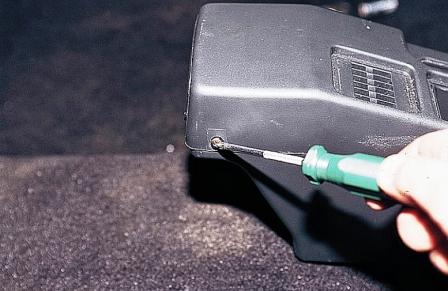 Откручиваем 2 самореза на задней части ВАЗ 2110, 2111, 2112