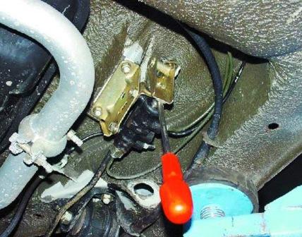 Вставляем отвертку и разблокируем регулятор давления жидкости ВАЗ 2108, 2109, 21099