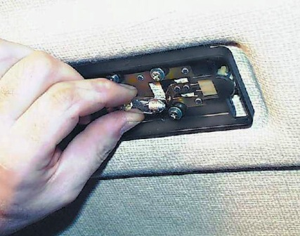 Вытаскиваем старую лампу освещения салона и меняем на новую ВАЗ 2108, 2109, 21099