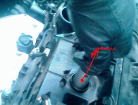 Полностью вытаскиваем катушку зажигания Peugeot 308