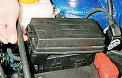 Открываем крышку блока предохранителей Chevrolet Lacetti