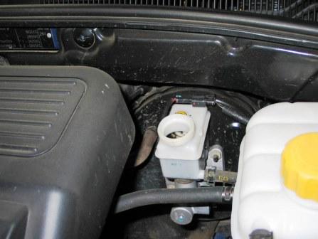 Открываем бачок с тормозной жидкостью на Chevrolet Lacetti