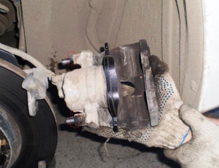 Откручиваем болты с обратной стороны суппорта Mazda 3