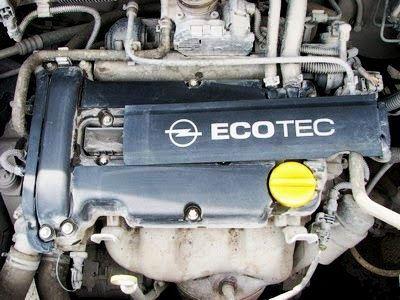 Сдвигаем крышку в сторону на Opel Corsa D