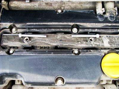 Выкручиваем 2 болта на Opel Corsa D