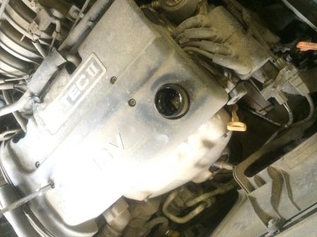 Откручиваем крышку на горловине Chevrolet Aveo