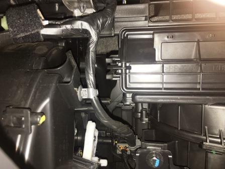 Левый фиксаторы крышки салонного фильтра Kia Rio III
